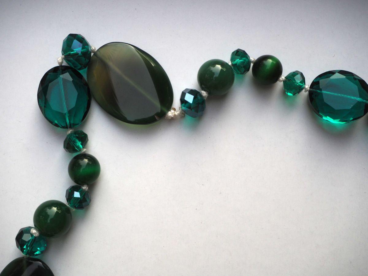 Superbe sautoir en cristal, verre et agate différents tons de verts, 80cm