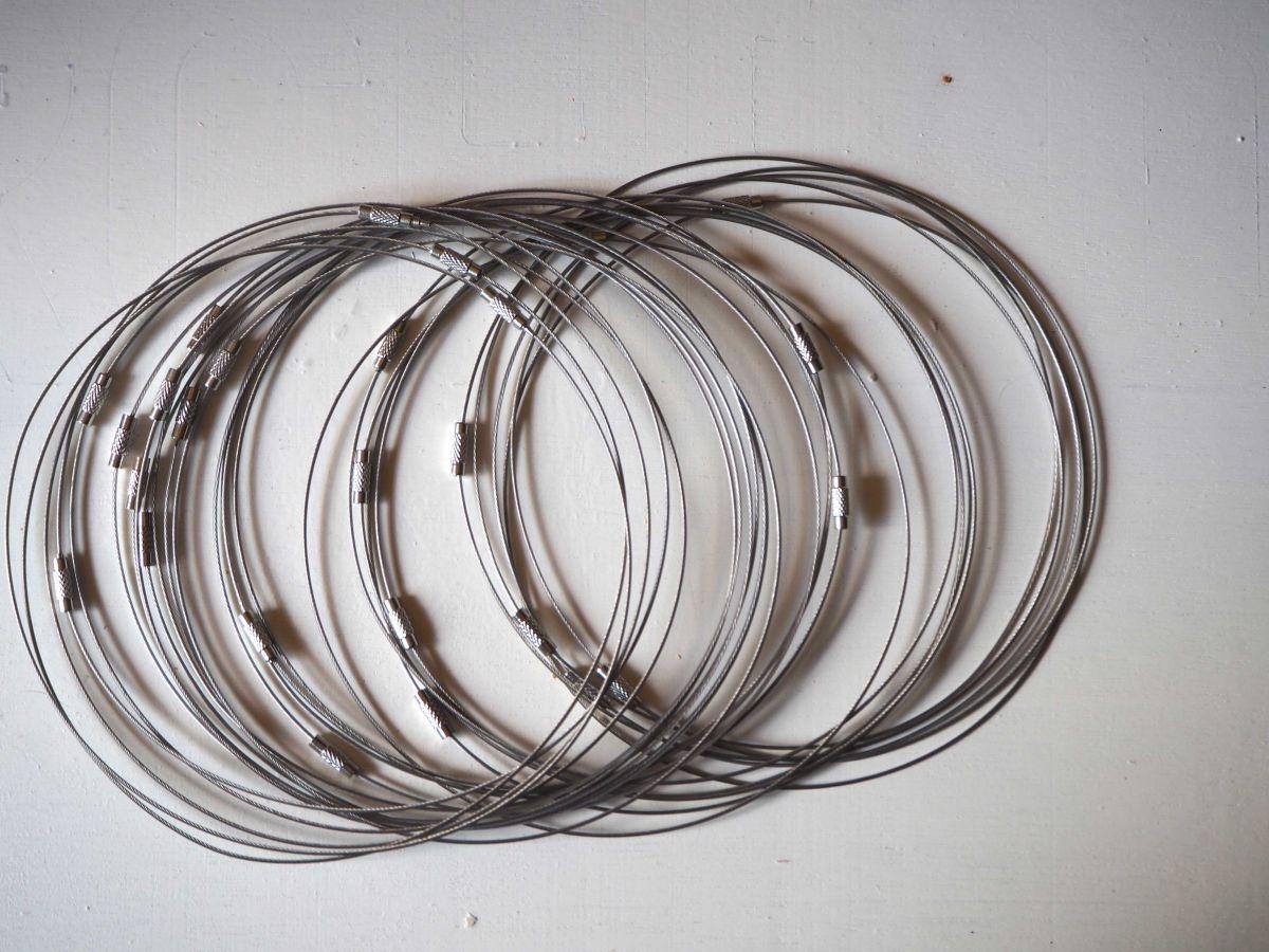 Tour de cou, collier court, fil acier, couleur acier