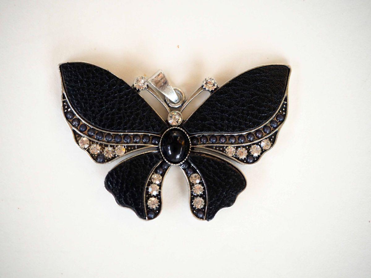 Très beau PAPILLON pendentif métal avec cuir noir, perles et strass 7x5cm