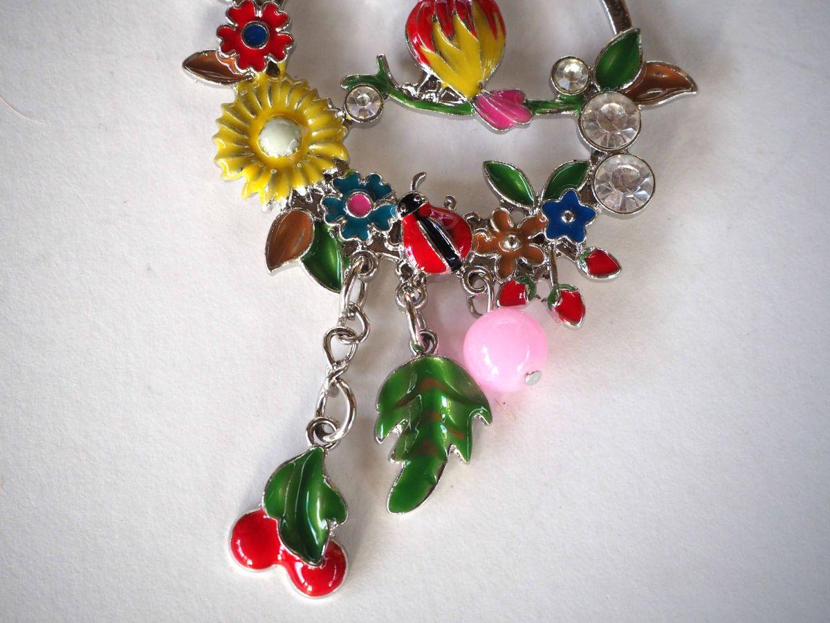 Très beau pendentif perroquet multicolore sur branche entouré de fleurs avec breloques