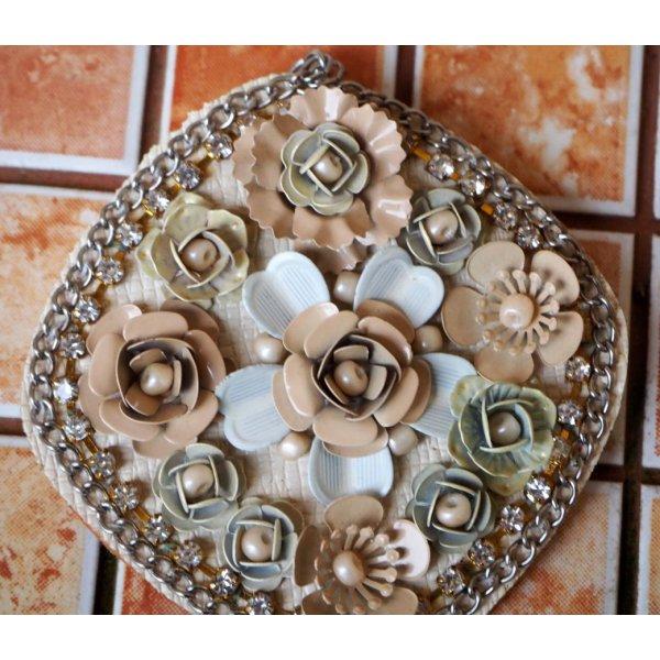 Très grand pendentif, avec roses alu sur cuir synth, tons beige pour porte clé, bijou de sac