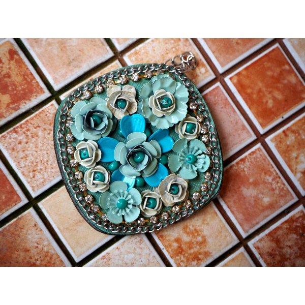 Très grand pendentif, avec roses alu sur cuir synth, tons bleu pour porte clé, bijou de sac