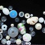 Lot de 35 Perles verre de styles différents  ovale ,ronde, plate, coeur différents tons blanc et transparent
