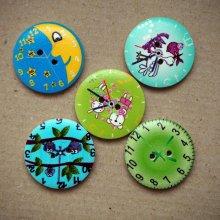 5 Gros boutons bois avec horloge mais motifs différents,30mm ton vert/bleu