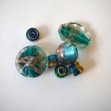 Bel ensemble de 7 perles en verre différentes, tons bleu foncé et or