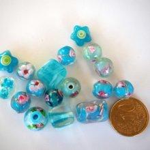Lot de 17 perles en verre différentes 10 à 15mm, tons turquoise avec fleurs, argent et motifs