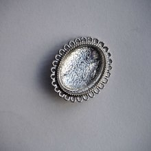 Broche épingle, cabochon ovale 25x18mm, argenté dentelé brillant