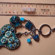 Bijou de sac  gros coeur bleu en simili cuir 7x6cm avec strass, perles de verre tons bleu et vert