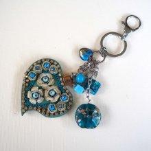 Bijou de sac  gros coeur bleu en simili cuir 7x6cm avec strass, perles de verre tons bleu et vert, Saint-Valentin
