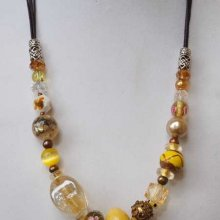 COLLIER perles de matières différentes, tons jaunes et bronze, fermoir mousqueton, chaine d'allonge