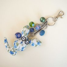 Bijou de sac lapin bleu tissu fleuri et breloques, perles assorties tons verts et bleus