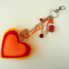 Bijou de sac avec gros coeur en feutrine, 3 couleurs avec breloques assorties
