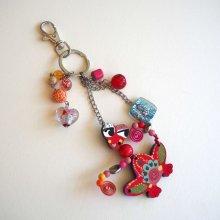 Bijou de sac  grosse grenouille rouge, perles assorties  tons rouges, verts et bleus