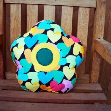 COUSSIN FLEUR  , 5 pétales arrondis, 38cm , coeurs multicolores