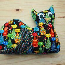Gros CHAT couché 42x33cm, tissu noir avec des chats très colorés, brodé main