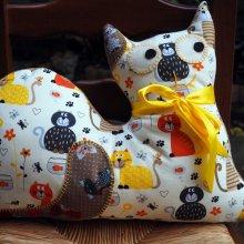 Gros CHAT couché 46x34cm, tissu blanc avec chats et aquarium