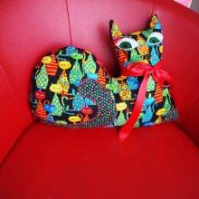 Gros CHAT couché 46x34cm, tissu noir avec des chats très colorés, brodé main