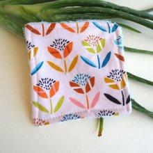 Lingette démaquillante lavable, tissu rose fleurs stylisées