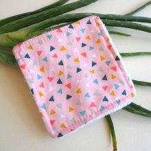 Lingette démaquillante lavable, tissu rose petits triangles colorés
