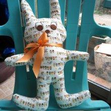 Lapin, grandes oreilles, 51x34cm, tissu beige avec petits animaux dessins marron
