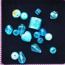 Lot de 17 Perles verre de styles différents  ovale ,ronde, plate, coeur différents tons turquoise