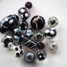 Lot de 17 perles en verre différentes, tons noirs et blancs