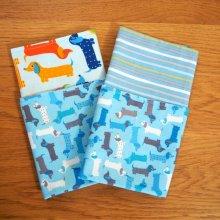 19- Serviette de table 33x33cm, chiens teckel fond bleu clair et 2 autres faces différentes rayée et chiens colorés
