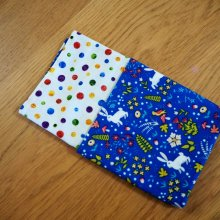 22- Serviette de table 33x33cm,une face bleue avec lapin, l'autre pois colorés