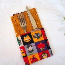 31- Serviette de table 33x33cm, carrés monstres et ocre avec petits motifs
