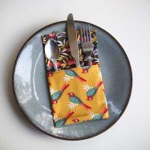 42- Serviette de table 33x33cm, ton ocre perroquets/fleurs