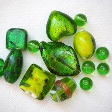 Lot de 14 perles en verre différentes, tons verts avec feuille argent