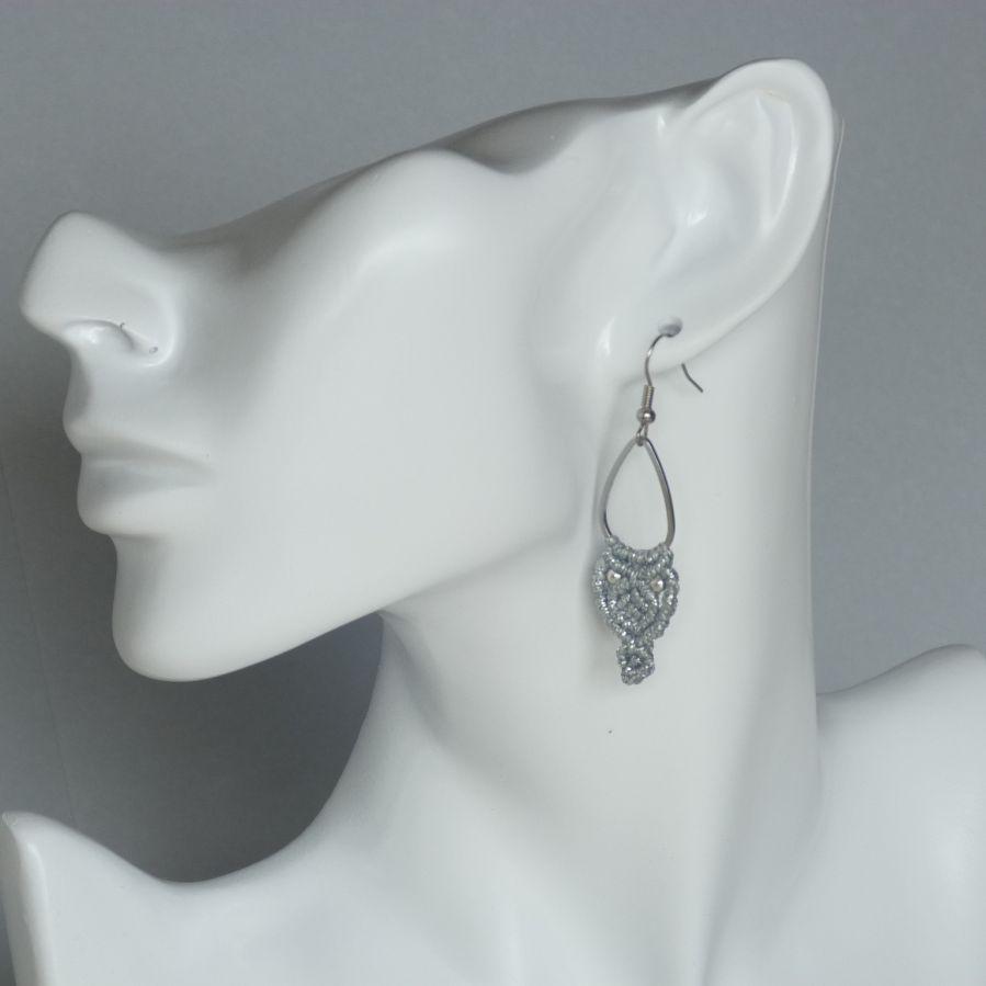 Boucles d'oreilles argentées en micro-macramé