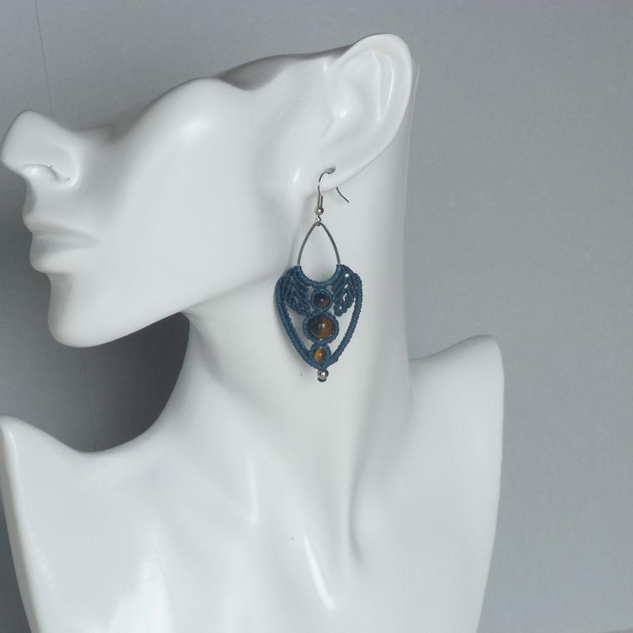 Boucles d'oreilles bleu canard en micro-macramé