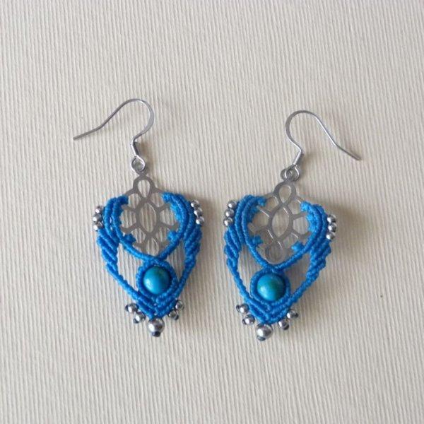 Boucles d'oreilles bleu turquoise en micro-macramé avec une perle en pierre naturelle