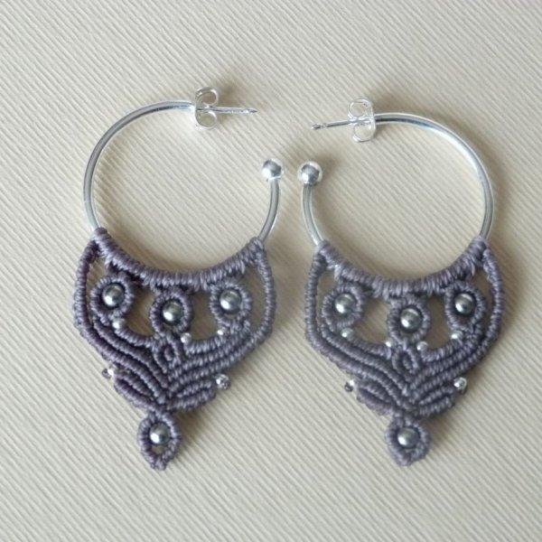 Boucles d'oreilles créoles grises en micro-macramé