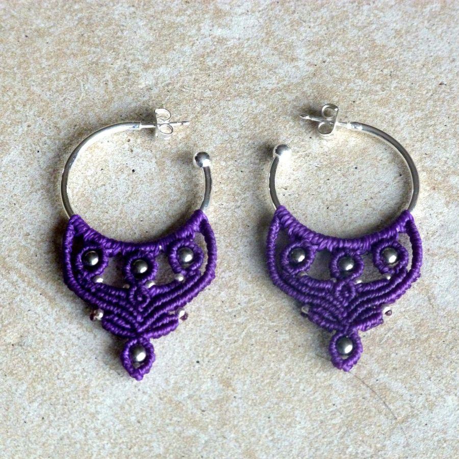 Boucles d'oreilles créoles violettes en micro-macramé