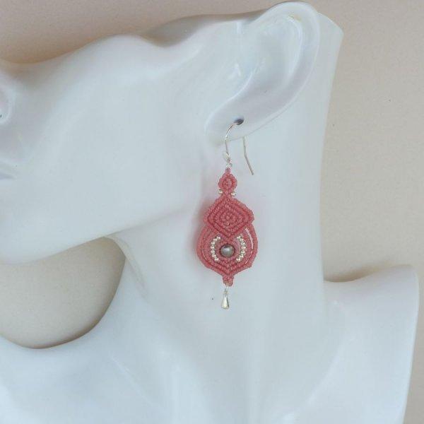 Boucles d'oreilles  rose en micro-macramé avec crochets en argent 925