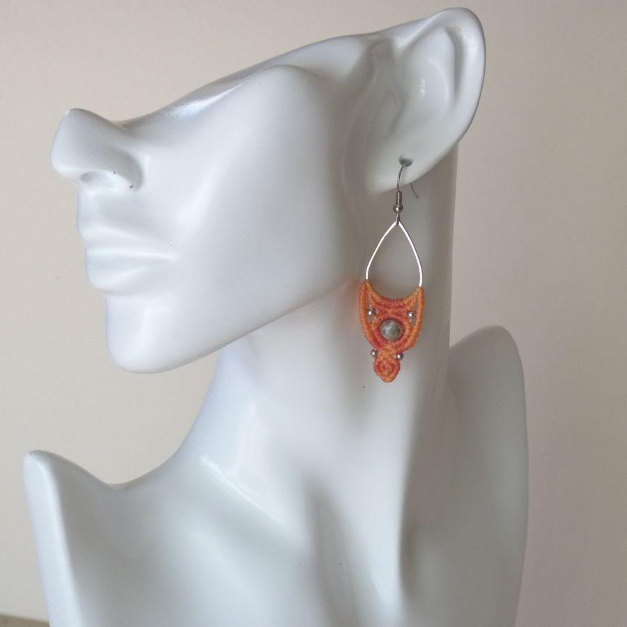Boucles d'oreilles ton pêche en micro-macramé