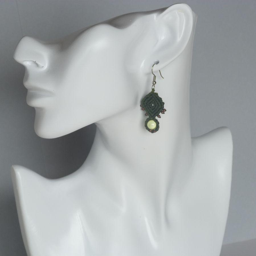 Boucles d'oreilles vert kaki en micro-macramé