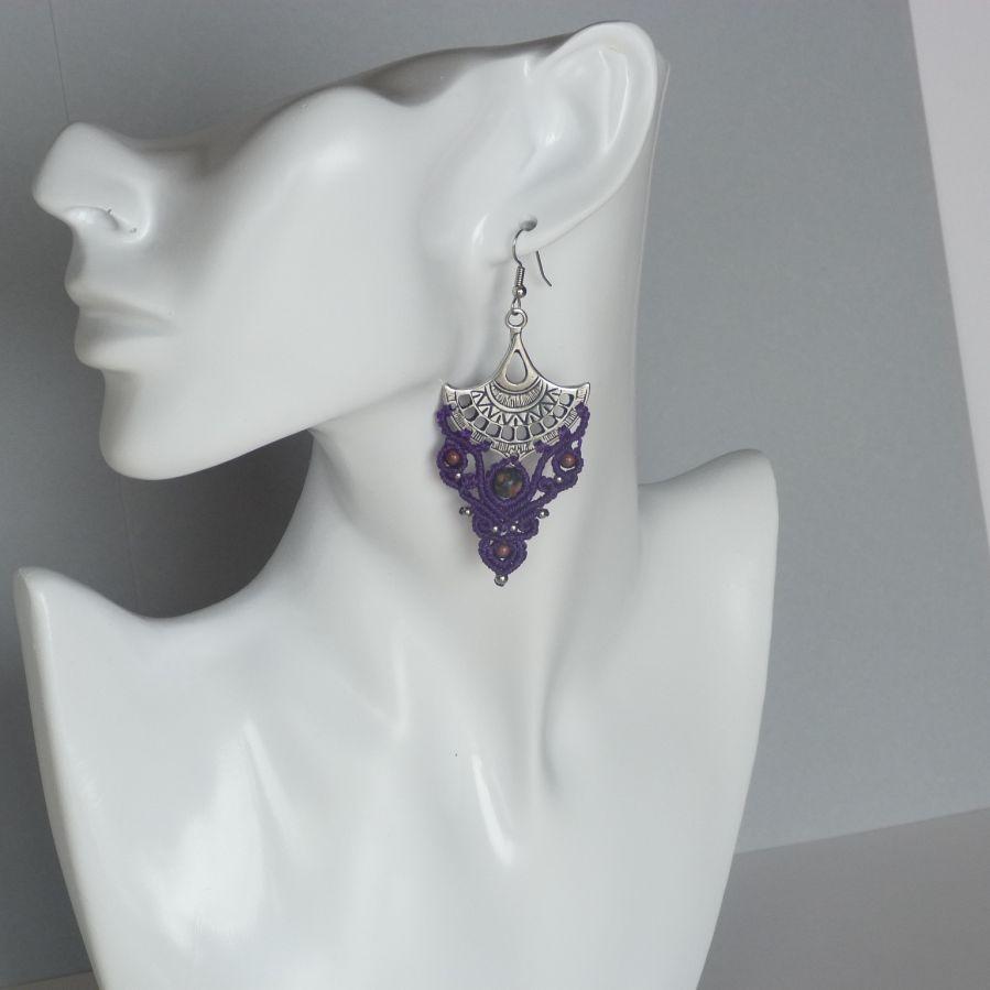 Boucles d'oreilles violettes en micro-macramé avec des perles en pierre gemme