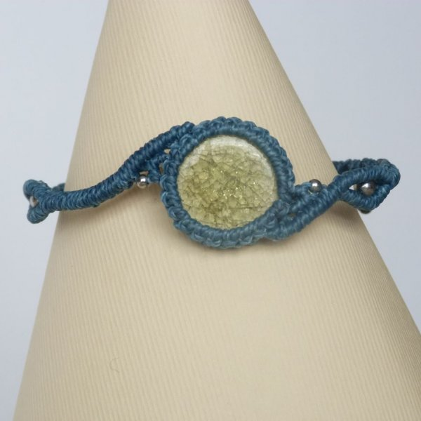 Bracelet bleu en micro-macramé  avec une céramique