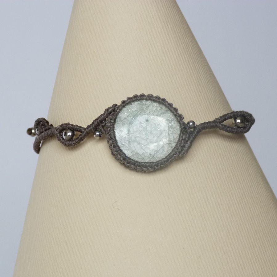 Bracelet couleur taupe en micro-macramé avec une céramique