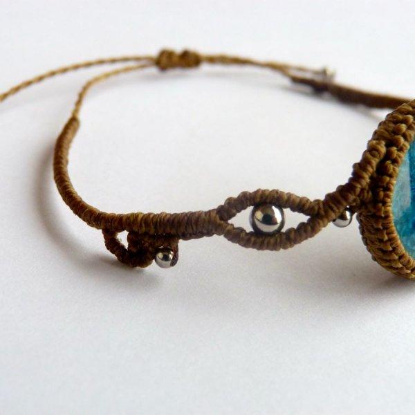 Bracelet kaki en micro-macramé avec une céramique effet craquelé bleue