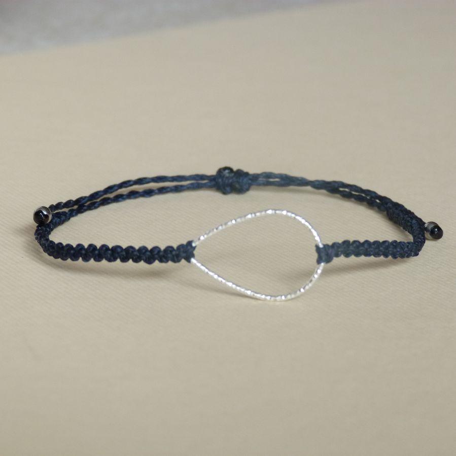 Bracelet  bleu foncé en micro-macramé avec une goutte en argent