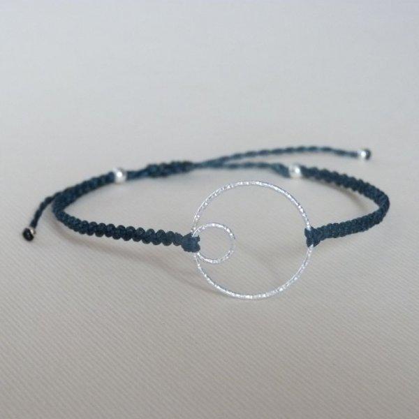 Bracelet fin en micro-macramé bleu canard avec un double-cercle en argent