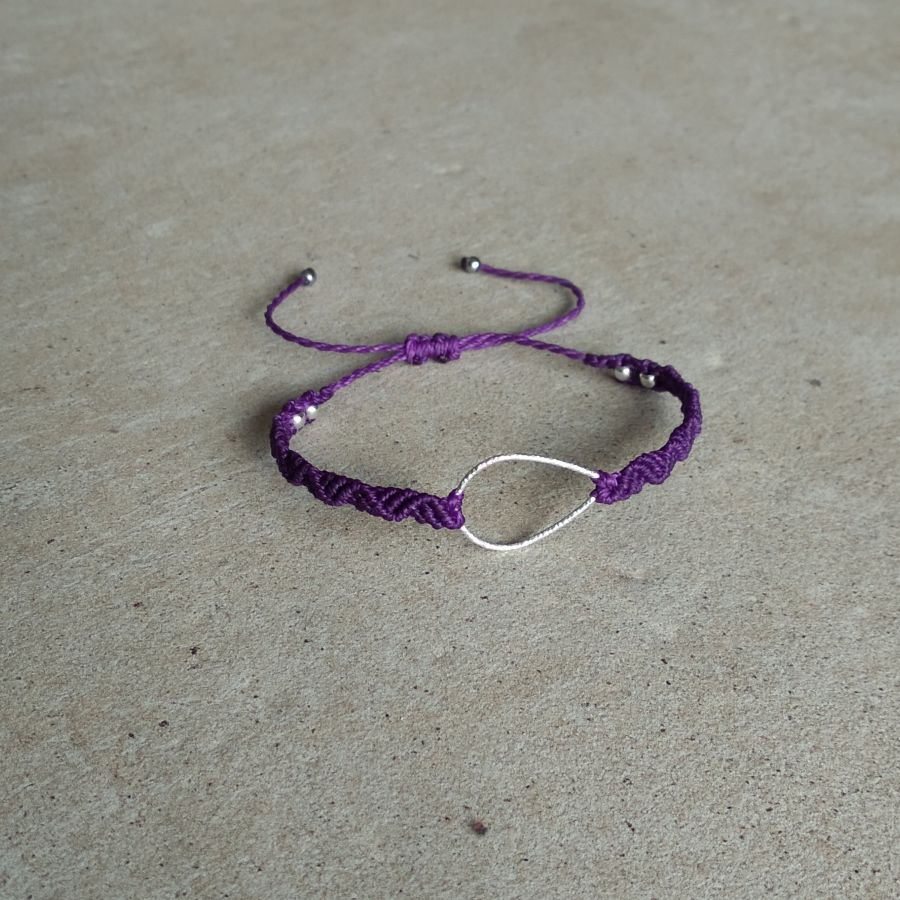 Bracelet violet en micro-macramé avec une goutte en argent