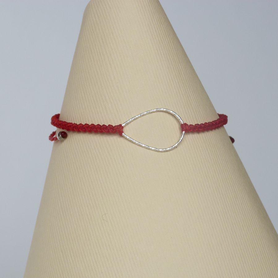 Bracelet rouge en micro-macramé avec une goutte en argent