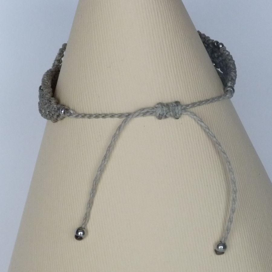 Bracelet greige en micro-macramé avec deux céramiques bleues effet craquelé