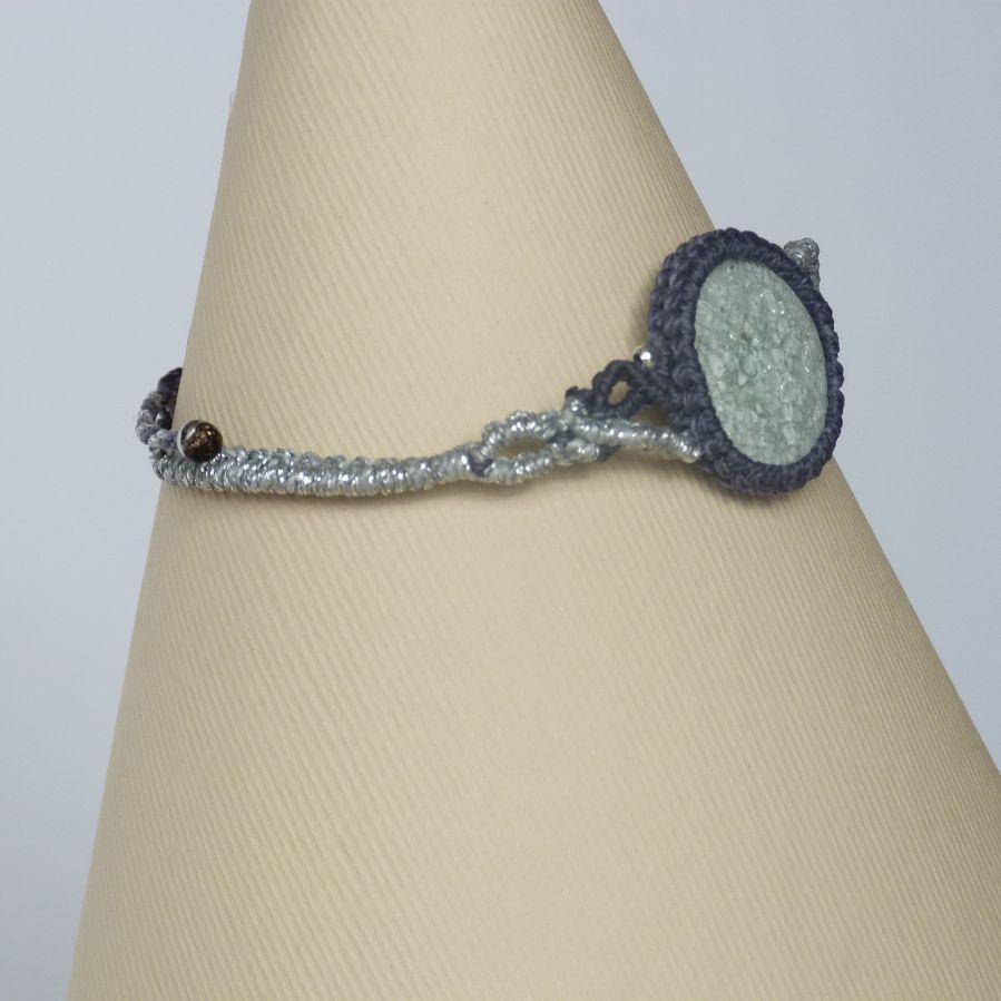 Bracelet gris argenté en micro-macramé avec une céramique