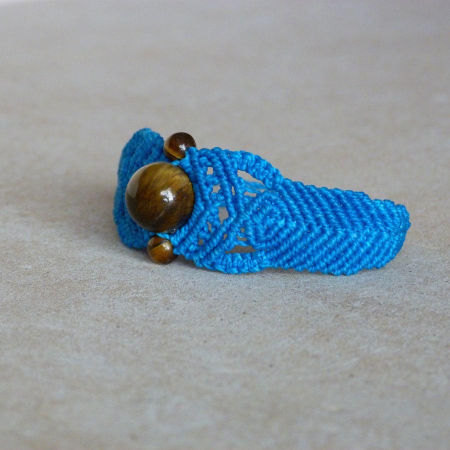 Bracelet  en micro-macramé bleu avec des perles oeil de tigre